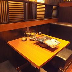 【テーブル】~2名様までのカップルシート。ちょっと大きめのテーブル2人席は窮屈に感じることなくお過ごしいただけます☆お2人だけの空間でまったりおしゃべりにおすすめのお席。当店コースだけでなく、逸品メニューや単品飲み放題もございますので少人数様にもお楽しみいただけること間違いなしです♪(居酒屋/西葛西)