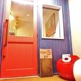 赤と青の一際目立つドアを抜けると…