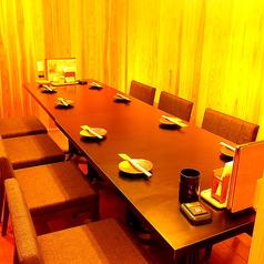 ご家族・ご親族とのお食事など、プライベートシーンにもご利用いただきやすい8名様までのテーブル個室をご用意。いつでもお祭り気分を味わえる活気溢れる店内と、ねじり鉢巻きを巻いたスタッフが元気にお出迎えいたします!