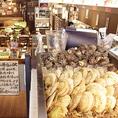 ◆入口には新鮮魚介がずらり◆エントランスの右側には、その日仕入れた新鮮魚介がたっぷりと並べられた生け簀スペースを完備。注文いただいた後、職人が直接生け簀から取り出して御提供します!
