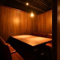 広々としたテーブルの個室