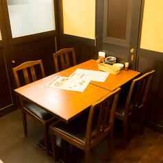 ゆったり椅子の落ち着けるテーブル席です。※写真は系列店