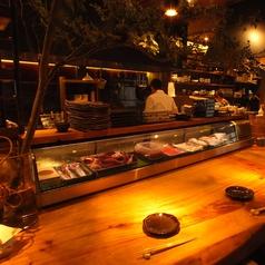 ショーケースにはいつも新鮮な鮮魚がお出迎え。旬の魚と全国から集まる日本酒やワインとの組み合わせもスタッフにお尋ねください!!