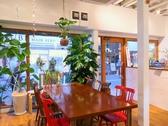 【2名様~6名様ご利用いただける窓際テーブル席】女子会・夜カフェごはん・ご宴会など様々なシーンでご利用いただけます。