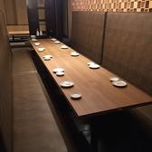 8~12名様まで掛けられる大型テーブル席。3列背中合わせですので最大36名様までご案内できます。
