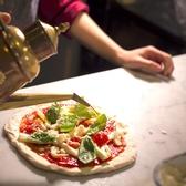 ピザ(1)♪ピザ生地は粉からこだわり、2日間寝かせておいた生地を500℃の高温で焼き上げます。ピザ生地は粉、酵母にとことんこだわりました 。粉は本場ナポリ産、酵母は天然酵母を使用。 粉の旨味と甘みを感じる ことが出来る、ピザ職人こだわりの当店自慢のピッツァを是非お召し上がりください!!