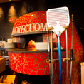 この真っ赤な薪窯が目印です!自慢の薪窯で焼き上げるピッツァはモチモチでサクサク!とろりと溶けたチーズは食欲をそそります!ワインと共に自慢のピッツァをご堪能下さい!人気No.1のマルゲリータをはじめ、本格的なピッツァを豊富にご用意しています。