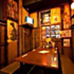 気軽なテーブル席。レトロな雰囲気と懐かしのミュージックが落ち着く空間!