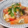 料理メニュー写真野菜たっぷりサーモンのカルパッチョ