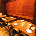 【半個室テーブル席】2名様~12名様まで対応可。8名以上で個室化できます。仲間同士の親密な話から、大人数でのパーティ、接待、様々なシチュエーションでおたのしみいただけます。