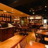 古き良き時代を感じられる落ち着いた雰囲気の店内。テーブル席は2名様よりご利用可能です。片側がソファー席になっているお席もあります。ご友人との飲み会や会社帰りのさく飲み、ご夫婦やご家族でのお食事などにもおすすめ。