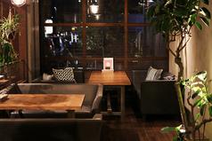 夜はダウンライトで落ち着いた雰囲気に変わり、ゆったりした空間でお食事をお楽しみいただけます。ソファー席【4名席×4】【6名席×2】