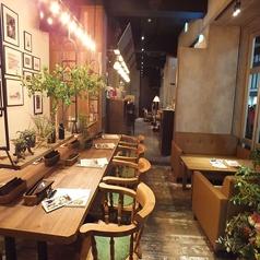 猿カフェの店内をご紹介!貸切にぴったりな横にに長い店内は、木目調のやわらかい雰囲気、シックで落ち着いた雰囲気。と場所で雰囲気が変わります!中心にはキッチンの見えるカウンター席もございます♪どの席を選んでもお洒落な空間は変わりません♪