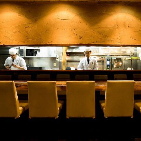 料理人の技を目の前で堪能できるカウンター席。落ち着いた雰囲気の中、旬の料理とお酒を楽しめます。ご友人や恋人、ご夫婦でのご利用におすすめです。
