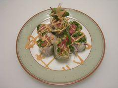 料理メニュー写真鮪の生春巻きサラダ(オーロラソース)
