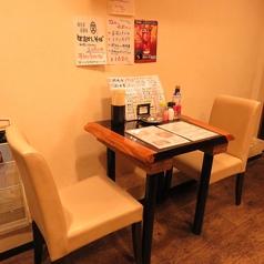 2名様用のテーブル席をご用意。