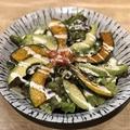 料理メニュー写真アボカドとカボチャフリットのシーザーサラダ
