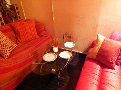 ついつい長居したくなる黒と赤のソファ席♪