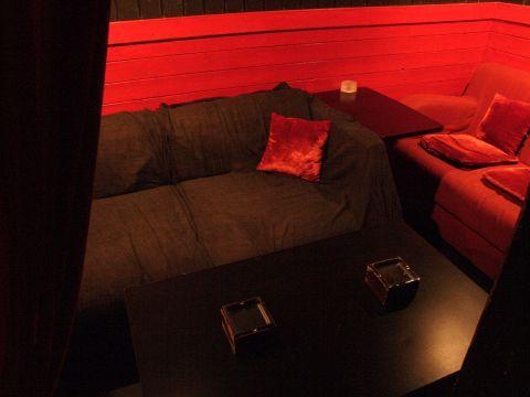 ゴールデン街でゆったりソファ席で。1日1組限定で最大6名まで利用可能な2Fフロア。