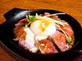料理メニュー写真鉄板ローストビーフ丼