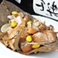 鮭ハラスほう葉焼き880円税(抜き)油ののった鮭のハラスをほう葉の上で銀杏、ゴボウとともに特性ソースで焼き上げました!!