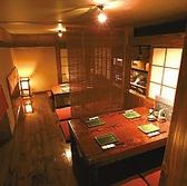 小上がり座敷は6名様以上で完全個室としてご案内、2名様~5名様まですだれで仕切った半個室でご案内します。