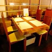 【テーブル席1~3】天然木を使用したテーブル席。寛ぎのお時間を…