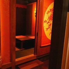 温もりのある和をモチーフにした店内です。完全個室居酒屋で自慢の船盛りコースをご堪能ください。コストパフォーマンスの高いお料理&寛ぎ空間で会社宴会にもおすすめです。