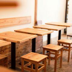 1Fは2名テーブルが中心。お一人様からテーブルを繋げて大人数の宴会まで!様々なシーンでご利用いただけます。