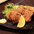 料理メニュー写真自慢の鶏の唐揚げ 〈三個〉