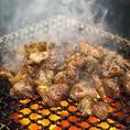 『鶏もも藁焼き』は当店自慢の串に刺さない『焼き鳥』です!旨味と歯ごたえのある親鳥のもも肉を使用。じっくり丁寧に焼き上げ、仕上げに藁で豪快に燻し独特の香りを付けてお召し上がりいただきます!