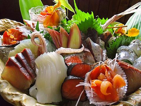 朝一番に仕入れる新鮮な魚にこだわり、お洒落に盛り合わせ。お酒と共に優雅な食事を。