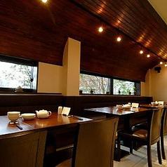 1Fのテーブル席はベンチシートになっており、ゆったりと落ち着いてお食事を楽しめます。