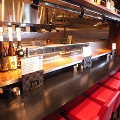 ◆臨場感あふれるカウンター席♪カウンター前にある大きな鉄板の上で創作串をお焼きしてご提供するスタイルとなっております。