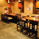 あぶり屋唯一おのテーブル席は繋げれば最大12名までご利用可能です。