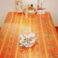 鮮やかで清潔感のあるテーブル席