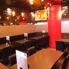 ◆ゆとりのあるテーブル席。人数に応じてレイアウト変更も可能です。少人数グループでのお食事会や宴会などにおすすめです。