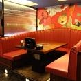 《宴会向きの席×5名様まで》紅の世界へ!!真っ赤なソファ席とカーテンでムーディに…。ゆったりくつろげる一番人気のソファー席です。誕生日・記念日におすすめの豪華な作りのお席となっています!最大5名様まで。個室の他にも雰囲気抜群の落ち着いた宴会場をご用意しております。2名様からOK!