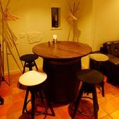 【ワイン樽テーブルの席】他にはあまりない、ちょっと変わったお席も♪ワイン樽を使ったテーブルを囲めば、ワインがさらにおいしく感じられます。