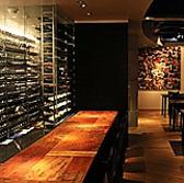 ぬくもりあるパッチワークカウンターに癒されます。目の前にあるグラスやワインセラーを覗きながらの至福の時をどうぞお過ごしください。