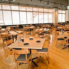 店内中央には4名様掛けのテーブル席を10卓ご用意しております。テーブルの連結やレイアウト変更も可能ですので、少人数から大人数までご利用頂けます。