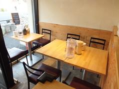 カウンターテーブルは奥行きがあり、ゆったりとお食事ができます。そして目の前で職人が調理する姿が見られます♪2名様テーブルと4名様テーブルx2とご用意有★♪※1階の2名席は少し狭めです。ご了承くださいませ。
