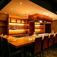 L字型のカウンター席は最大12名様までご着席可能。目の前でシェフのダイナミックな調理シーンが楽しめるのも鉄板焼きの醍醐味です。デートやご夫婦でのお食事、お一人様でのご利用もお気軽にどうぞ。当店自慢の料理に舌鼓を打ちながら、至福のひとときをお過ごしください。