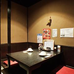 昔の日本家屋を思わせるなんとも落ち着く店内。人気のソファ席でゆったりおくつろぎ下さい。美味しいお酒とお食事のほか、旬の食材を使用した自慢のお料理と豊富な種類のドリンクをお楽しみ頂ける飲み放題付宴会コースを各種ご用意しています。鍋パーティ、女子会、誕生日、仲間との飲み会など様々なシーンにも◎