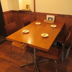 リニューアルして新しく設置されたテーブル席。お席を繋げれば、大人数でのご利用もOKです。店内の様子・地図の詳しくは、Googleマップにて!!