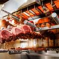 [名駅]自慢のシュラスコ&ステーキ●最高900℃で焼けるグリルマシーン使用★お肉を高温で一気に焼き上げることで、余分な脂を落としながら、お肉の周りをパリッと焼き、うまみを閉じ込めたまま焼き上がります。リブロース/イチボ/ヒレ/ラム/チキン/ポーク/ソーセージなど、全10種のステーキメニューご用意しております。