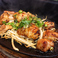 料理メニュー写真若鳥のから揚げ鉄板焼き 特製おろしステーキソース