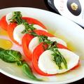 料理メニュー写真水牛モッツアレラチーズのカプレーゼ