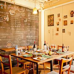 【友人・同僚・ご家族向きの8名様席】大きな黒板メニューを眺めながら、大きなテーブルで御寛ぎ下さいませ。プライベート宴会にピッタリです♪
