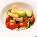 料理メニュー写真おいしいトマトと真珠貝のマリネ